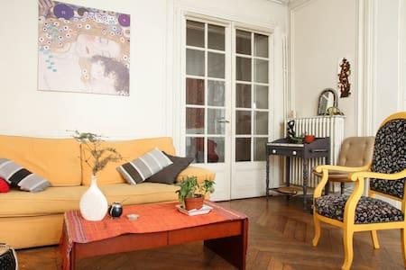 Montmartre, old parisian style flat - Paris - Apartment