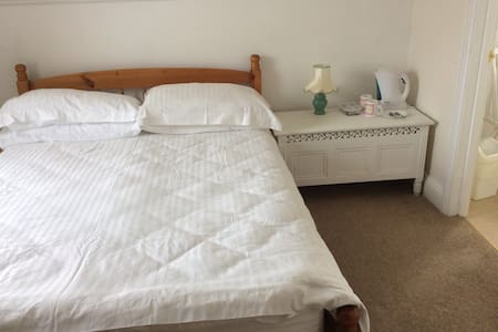 Double bedroom with en-suite bath - Watchet - Andre