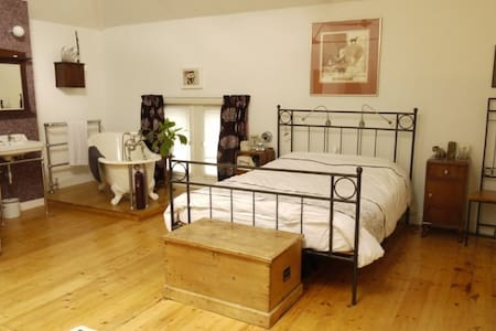 HUGE luxurious room - in a converted Post Office!! - London - Loft