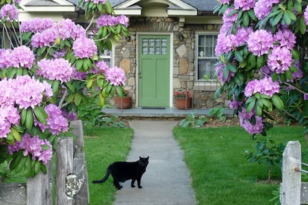 Stone Cottage Garden Homestay TWO - Candler - Casa