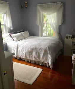 Private Bedroom/Bathroom w/ NYC bus route & Park - Casa