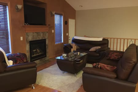 All the comforts of home 3 Bedroom - Sherwood Park - Casa