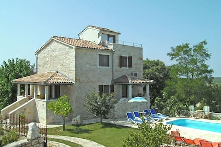 Village house with pool and garden - Talo