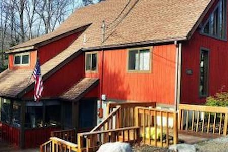 Pocono Mountain 4BR Family Chalet - Hus