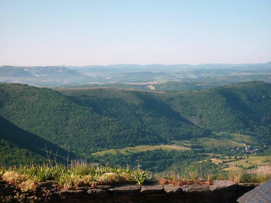 Vue sur la vallée et Roquefort depuis le séjour. Horizon à 60 km !