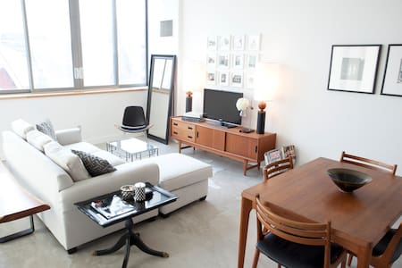 This bright and beautiful loft is located in the heart of downtown Toronto, surrounded by many restaurants, boutiques, food markets and coffee shops.  Steps away from 24 hour transit, it's a great spot for both business travelers and tourists.