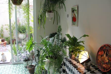 Green & cozy rooftop bedroom
