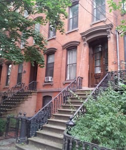 Exposed Brick Brownstone Apt! - Jersey City - Apartment