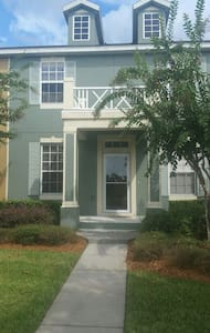 Upscale 3 bedroom Orlando Townhome - Casa