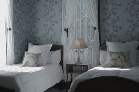 1898 Victorian Est. - Bluebird Room (Twin Beds) - Enterprise