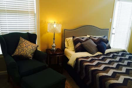 Gorgeous Bedroom in Harbor Town - Memphis - Hus