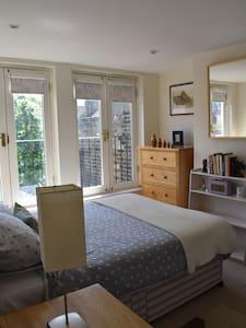 Charming ensuite loft double bedroom - Rumah