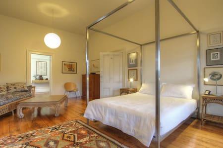 Sumptuous Private Queen Room w/ Ensuite - Enmore - Bed & Breakfast
