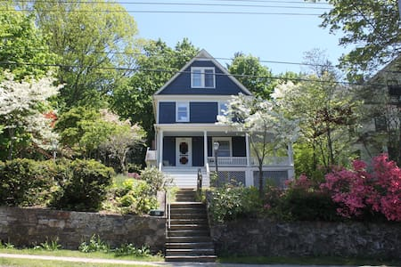 5 bedroom home in cute Westchester town - Talo
