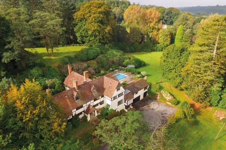 Hill Farm Haslemere, 23 Acres, Sleeps 12 - Haslemere  - Huis