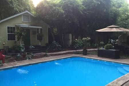 Charming downtown pool house - Tupelo - Hus