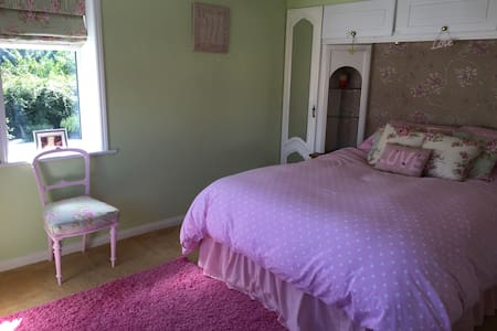 Comfy, Ensuite Kingsize room in a peaceful village - Casa