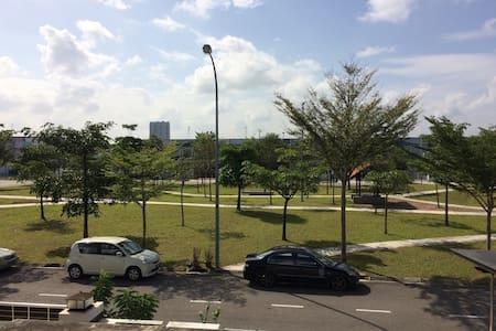 Top room 2 @bukit Indah AEON - Johor Bahru - House