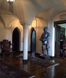 Suite w/queen bed & bath in mini-castle setting. - Hillsborough - Schloss