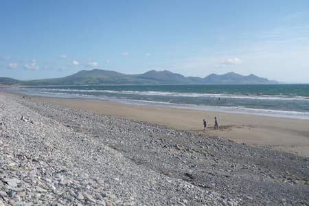 The Beach House 100 yards to beach - Dinas Dinlle
