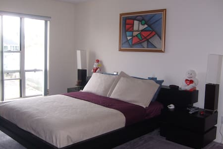 Water-front condo minutes from Nautical Mile - Társasház