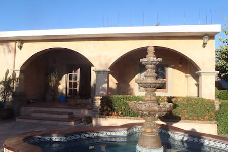 CASA ITALY....private, in town with a pool - Los Barriles - Pensione