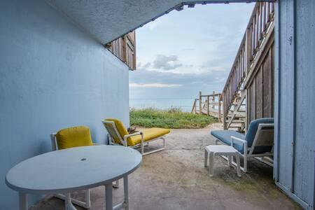 Direct Oceanfront 2 bedroom North Villa sleeps 4 - Villa