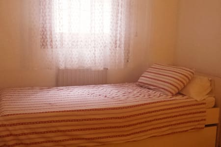 Private room 2 beds close to bus/train/center - Guadalajara - Apartment