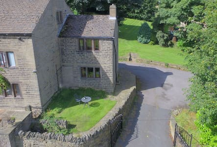 One Bedroom Grade II listed Cottage with Parking - Holmfirth