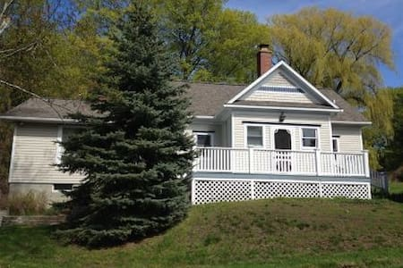 Remodeled School House Near Lake Michigan Sleeps 8 - Casa