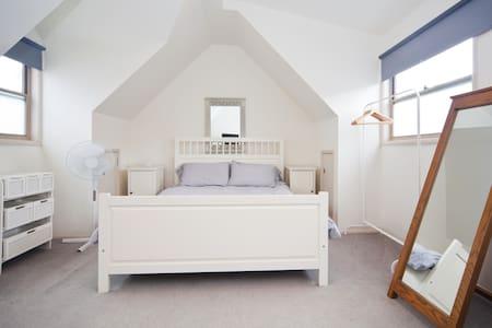 Double Bedroom/Bthrm in Queens Pk - Queens Park