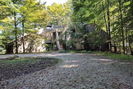 Wooded lakeside architectural retreat - Westerville