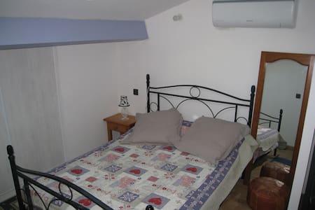 Chambre chez l'habitant dans village calme - Appartement