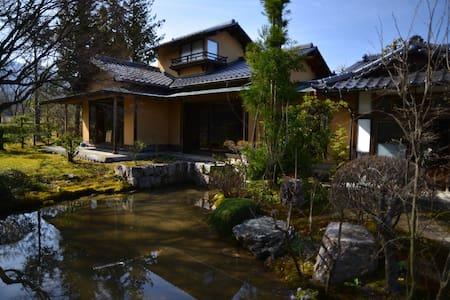 信州は長野県大町市の南西は後立山連峰の麓の百姓家の離れ座敷 - Ōmachi-shi - House