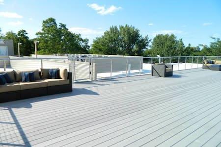 Lavish 1 Bedroom Apt. w/Roof Top view - Appartamento