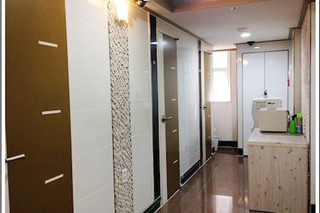 Hong-dae & Shin-chon Private shower room(202) - Seodaemun-gu - Bed & Breakfast
