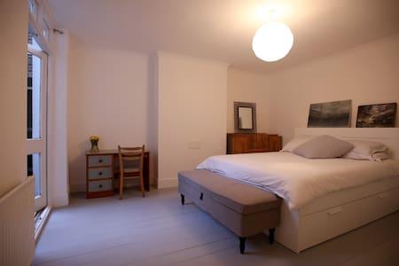 Light, spacious and tranquil garden flat - Londra - Appartamento