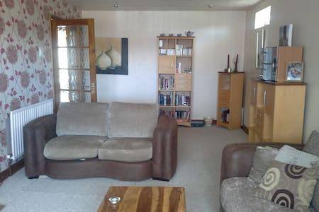 Private room in a quiet family area. - Aldridge