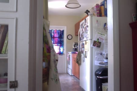 Sunny 2nd Fl. Apt. -  near Philly & many colleges! - Narberth - Apartment