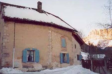 LES VOLETS BLEUS - House