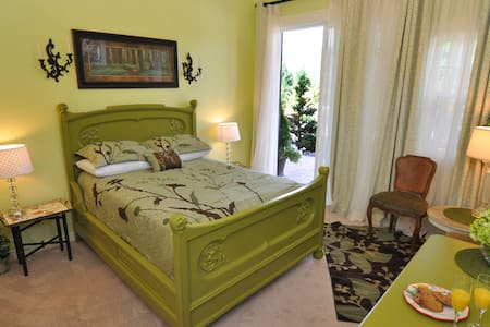 Lake's Edge Tuscan Lodge - Garden Courtyard Room - Bed & Breakfast