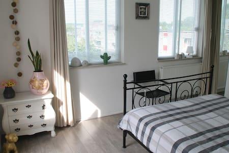 Beautiful private room near Amsterdam-Center - Amsterdam-Zuidoost - Appartement