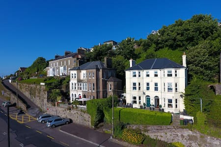 Luxury House. Amazing Seaside Location - Sleeps 8 - Youghal