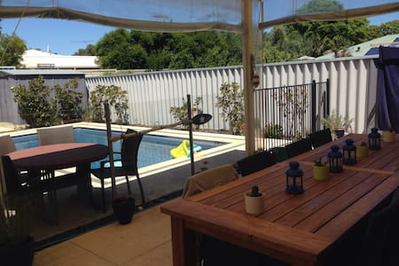 Private room (QB) near CBD and Fremantle - Willagee