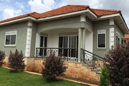 The Asiimwe's Little get away - Kampala - Bungalow