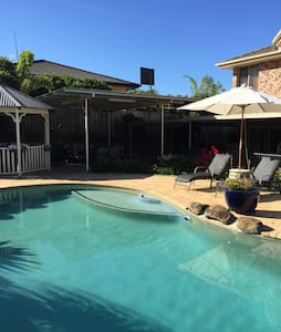 Near Theme Parks & 3 Private Bedrooms - Upper Coomera