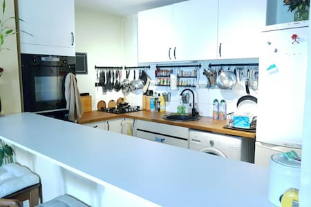 Une chambre; Salon cuisine & sdb commune - Villa