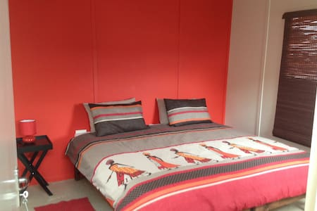 Lungi's Township B&B: Red Room - Bed & Breakfast