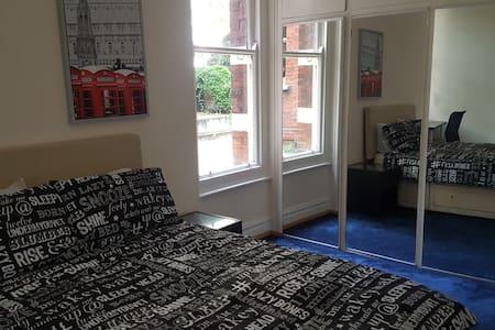Amazing room in luxurious apartment in Victoria - Apartament