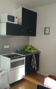 Joli salon et salle de bain dans le 18ème Paris - Apartment